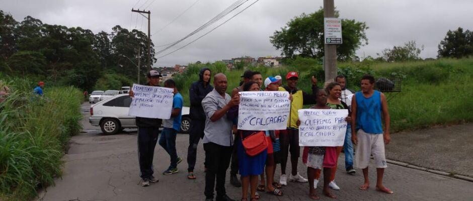 Moradores da divisa Suzano e Mogi interditam via e pedem melhorias