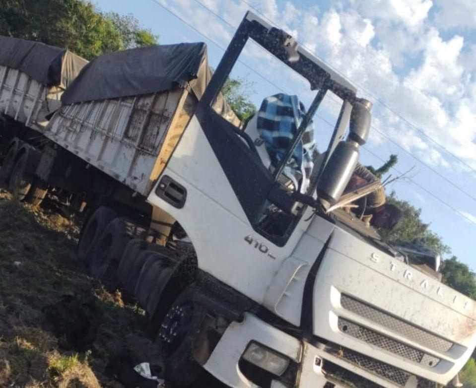 Pelo menos 22 duas pessoas morreram após um ônibus e um caminhão baterem de frente na Rodovia Alfredo de Oliveira Carvalho, entre Taguaí e Taquarituba, no interior de São Paulo. O acidente deixou ainda 15 feridos. Há vítimas presas nas ferragens, de acord