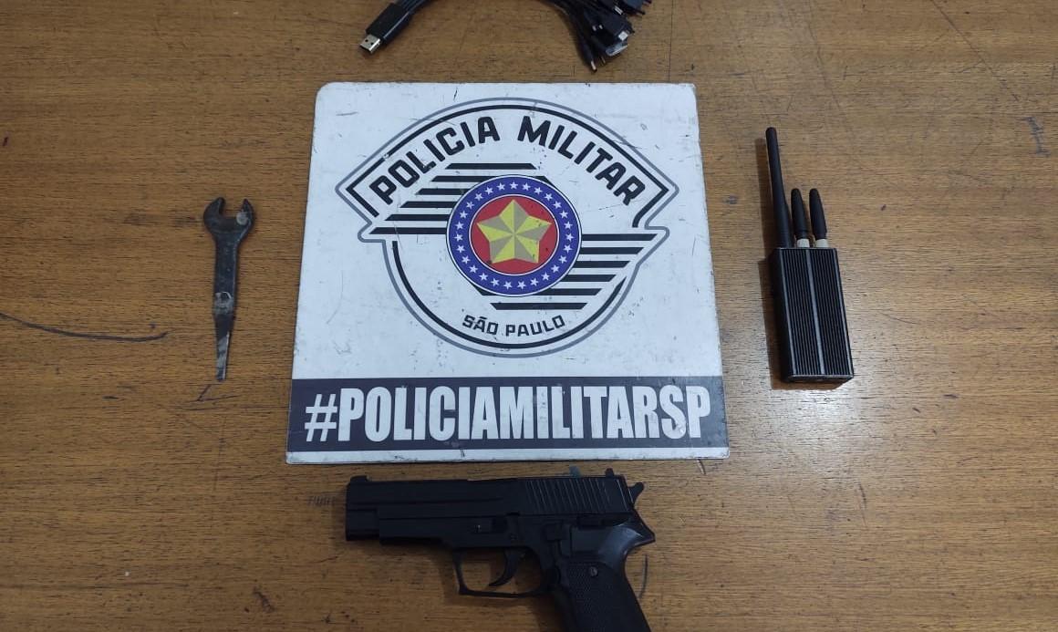 Arma e objetos foram apreendidos pela polícia