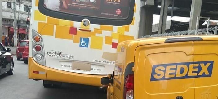 Bandido, que roubou carro dos Correios, bateu na traseira de um ônibus