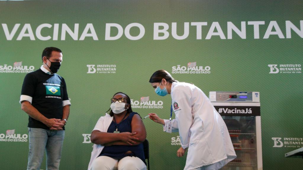 A enfermeira Mônica Calazans, 54, é a primeira brasileira imunizada com a vacina do Butantan contra a COVID-19 no país