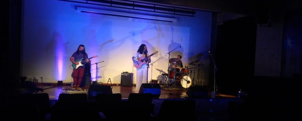 Lili Figueiredo se apresenta em trio