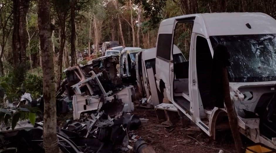 Polícia Militar localiza desmanche de veículos em Ferraz; três são presos
