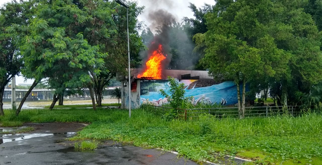 Incêndio atinge banheiro e parte do palco da Praça dos Eventos em Poá