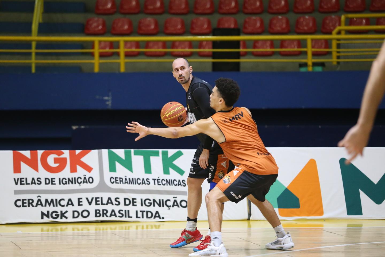 Mogi Basquete treina antes de encarar o Campo Mourão