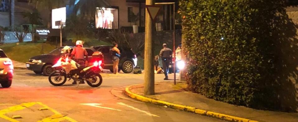 Briga de trânsito termina com homem baleado na frente da esposa e do filho em Mogi