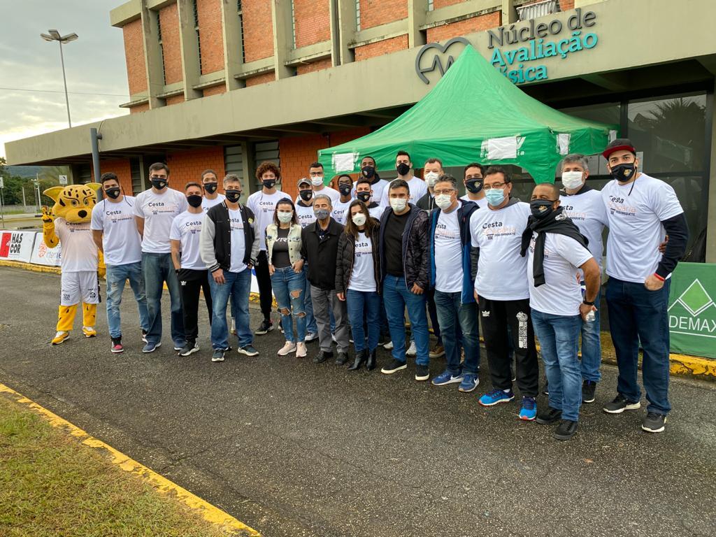 A equipe realizou um drive-thru solidário nesse sábado (22) e arrecadou 291 quilos de alimentos