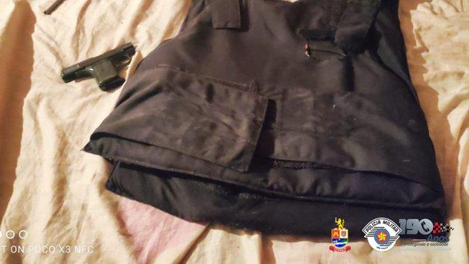 No local, os policiais também encontraram uma arma com numeração raspada e um colete à prova de balas.