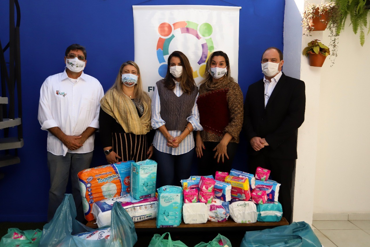 Vôlei Suzano distribui fraldas e absorventes para o Fundo Social de Itaquá