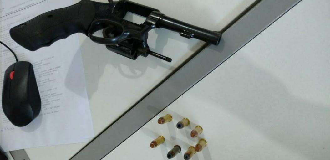 Revólver calibre 38 e munições foram apreendidas