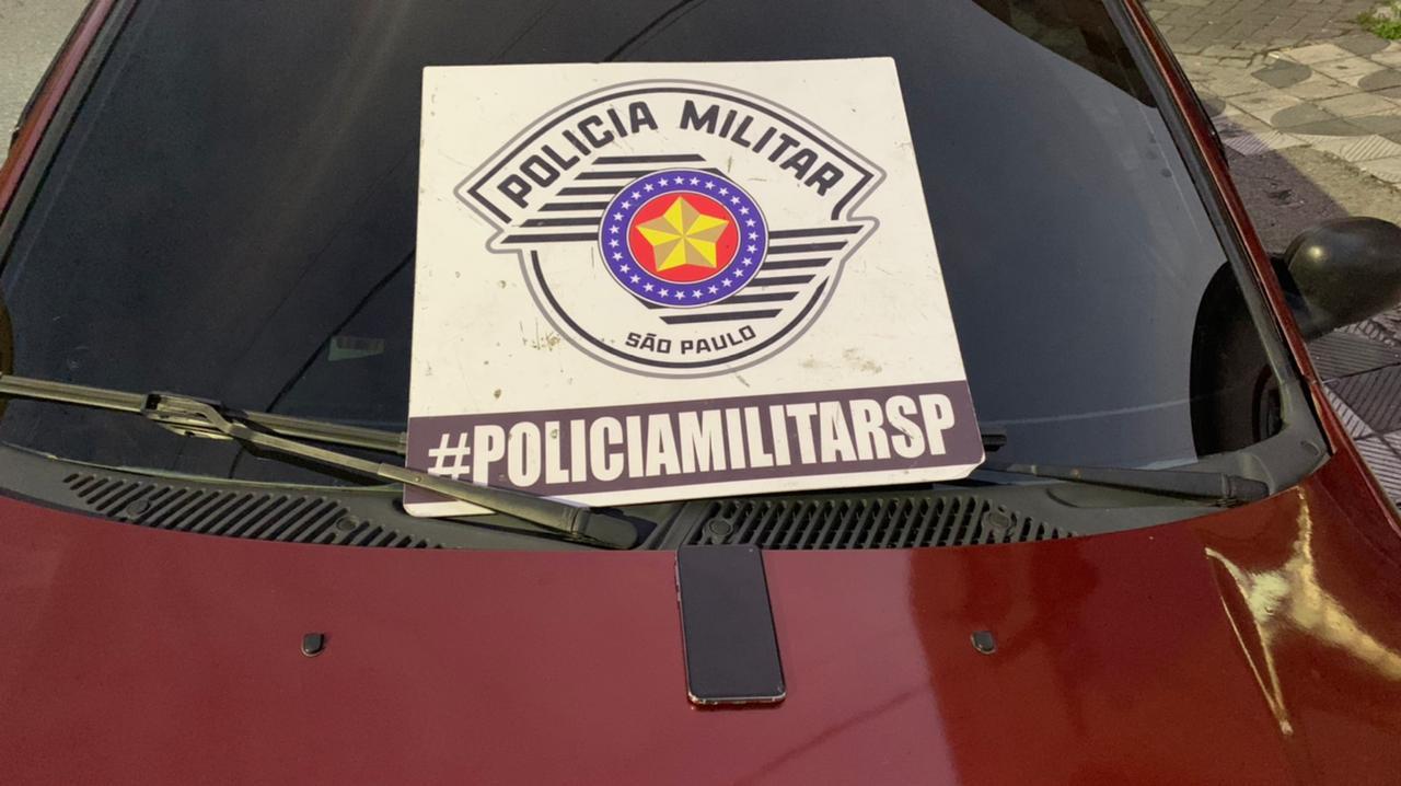 Carro usado pelos suspeitos, produto de roubo, foi levado para a delegacia