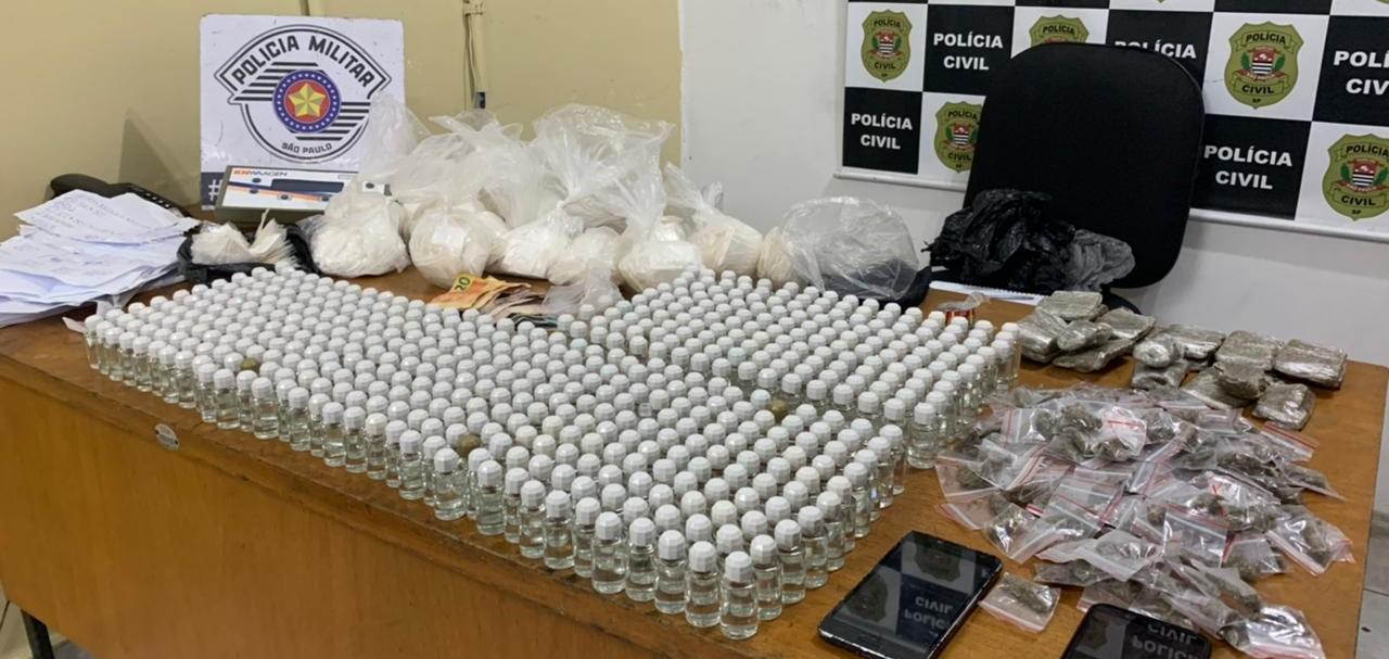 PM prende suspeitos por tráfico e apreende mais de 1,5 mil papelotes de drogas no Jardim Revista