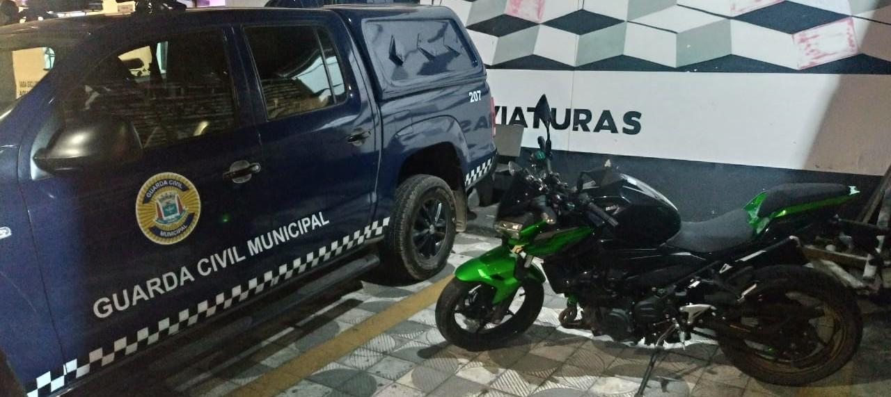 GCM recupera moto roubada em área de mata no Jardim Nova América