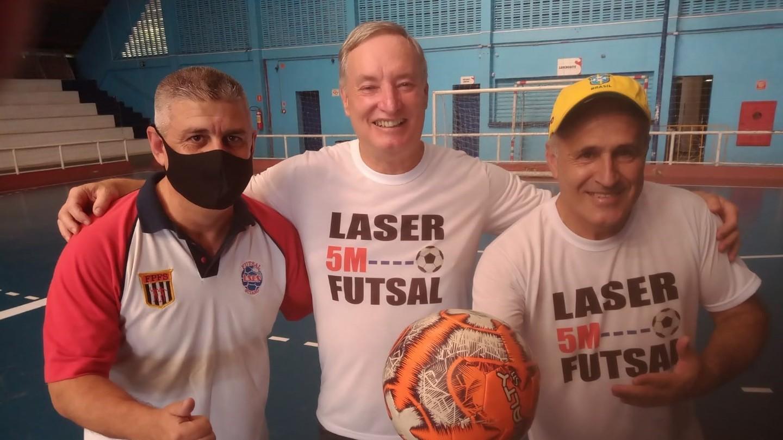 Suzanense Oscar de Oliveira, o inventor do fute-tênis, apresentou a trena a laser, que mede a distância entre a bola e a barreira em uma falta de jogo de futebol, para a Liga Suzanense de Futebol de Salão