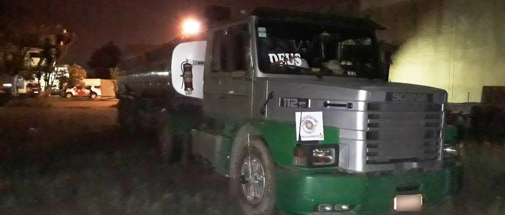 No caminhão tanque, os policiais encontraram 30 mil litros de combustível furtado