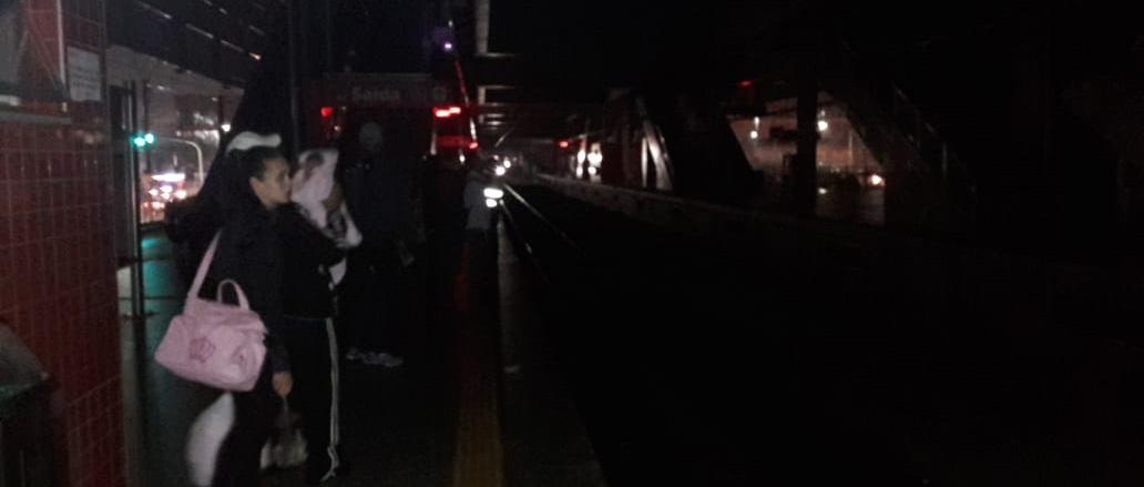 Falha no sistema de energia deixa Estação de Suzano às escuras