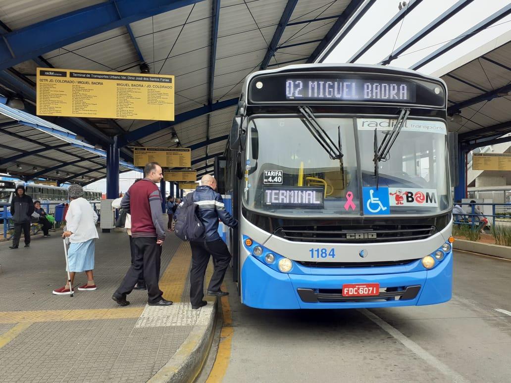 Cerca de 250 ônibus das linhas municipais e intermunicipais da Radial Transporte Ltda. começaram a circular, na segunda-feira (7), com o símbolo da campanha Outubro Rosa no painel dianteiro dos veículos