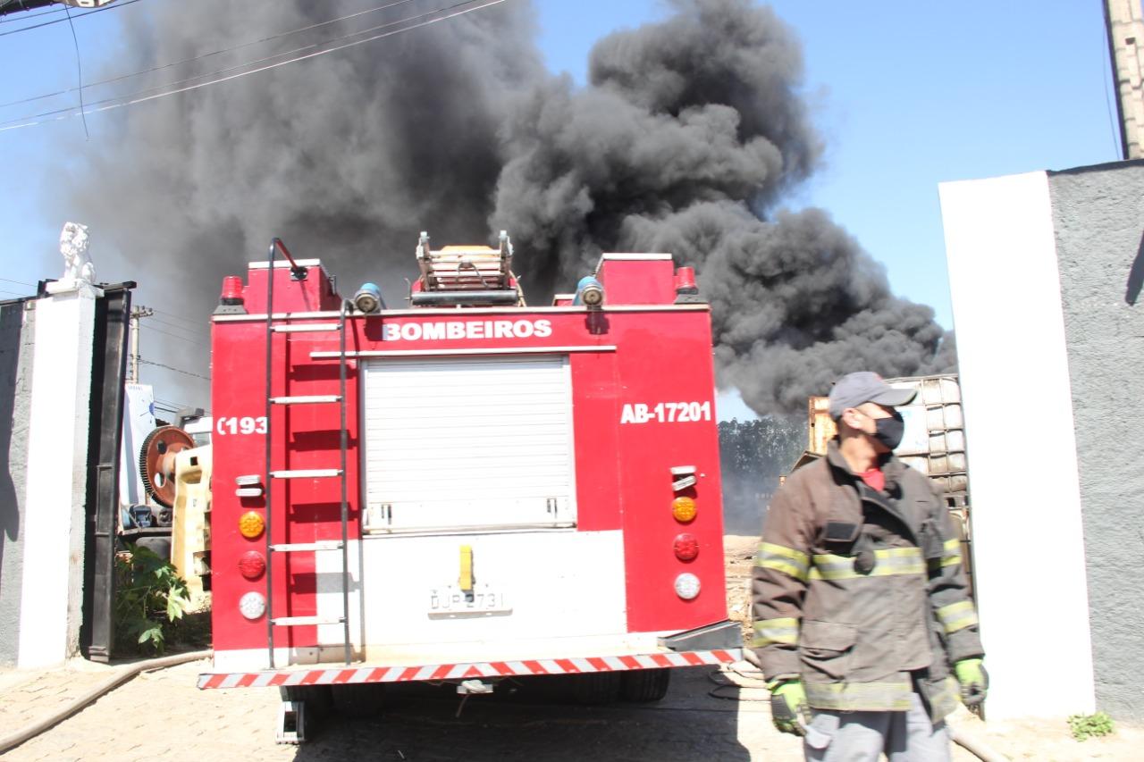 Incêndio atingiu um terreno na Rua Caboclos