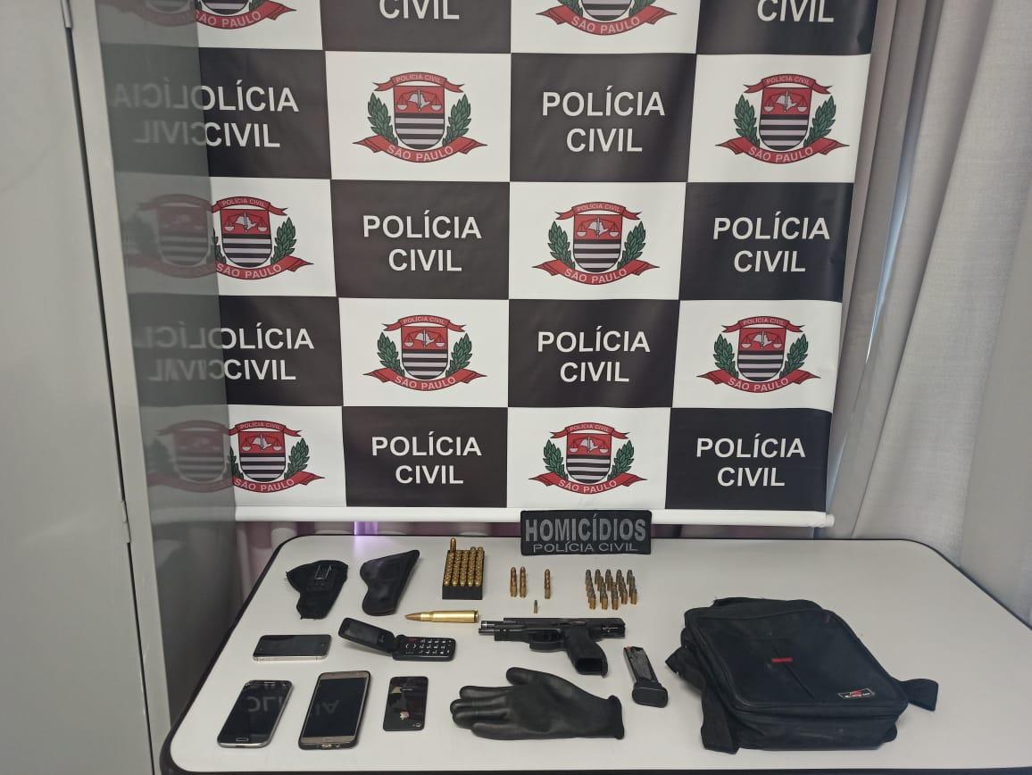 Arma, que pertencia a policial, foi encontrada na casa de um dos suspeitos; pai do adolescente foi preso em flagrante