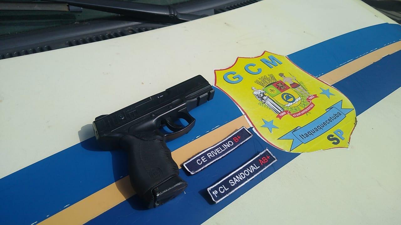 Arma falsa foi apreendida durante a ação