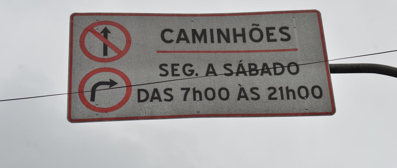 Região central de Suzano possui a sinalização que restringe a circulação de caminhões de segunda a sábado, das 7 às 21 horas