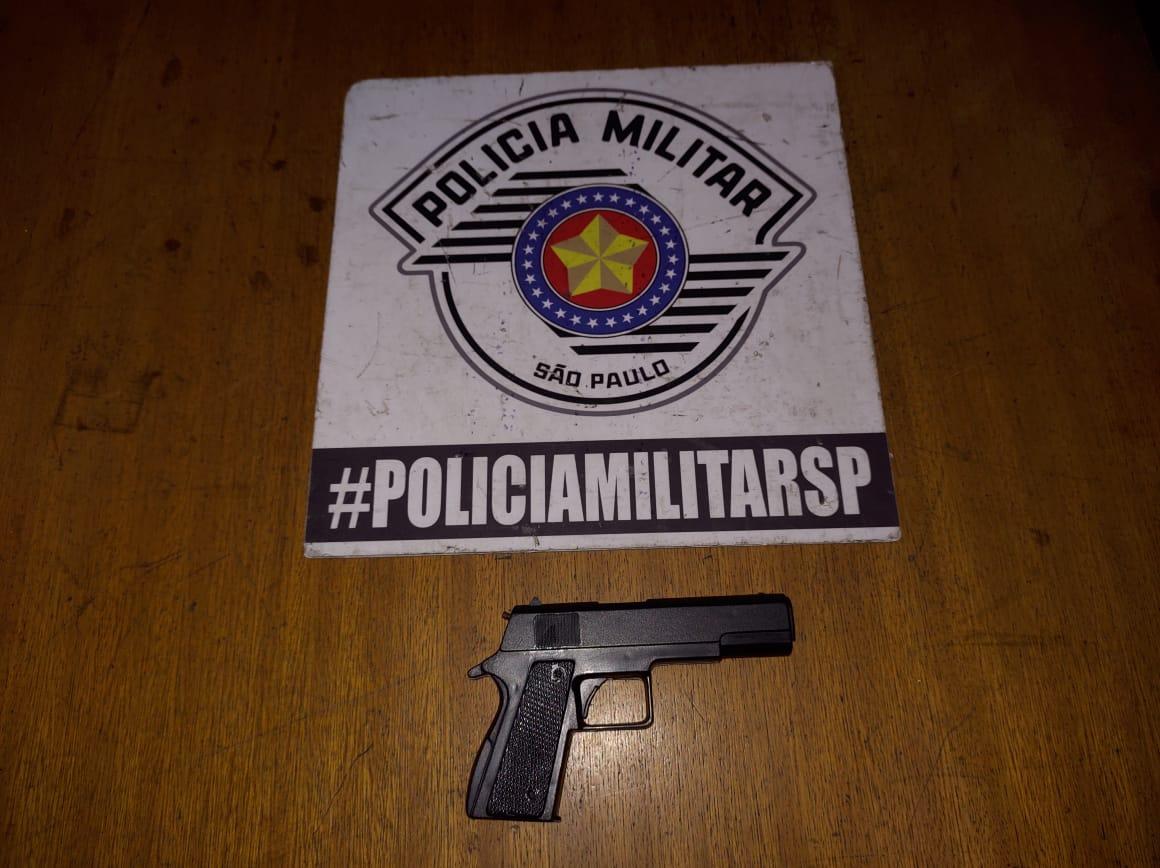 Um simulacro de pistola foi apreendido pela polícia