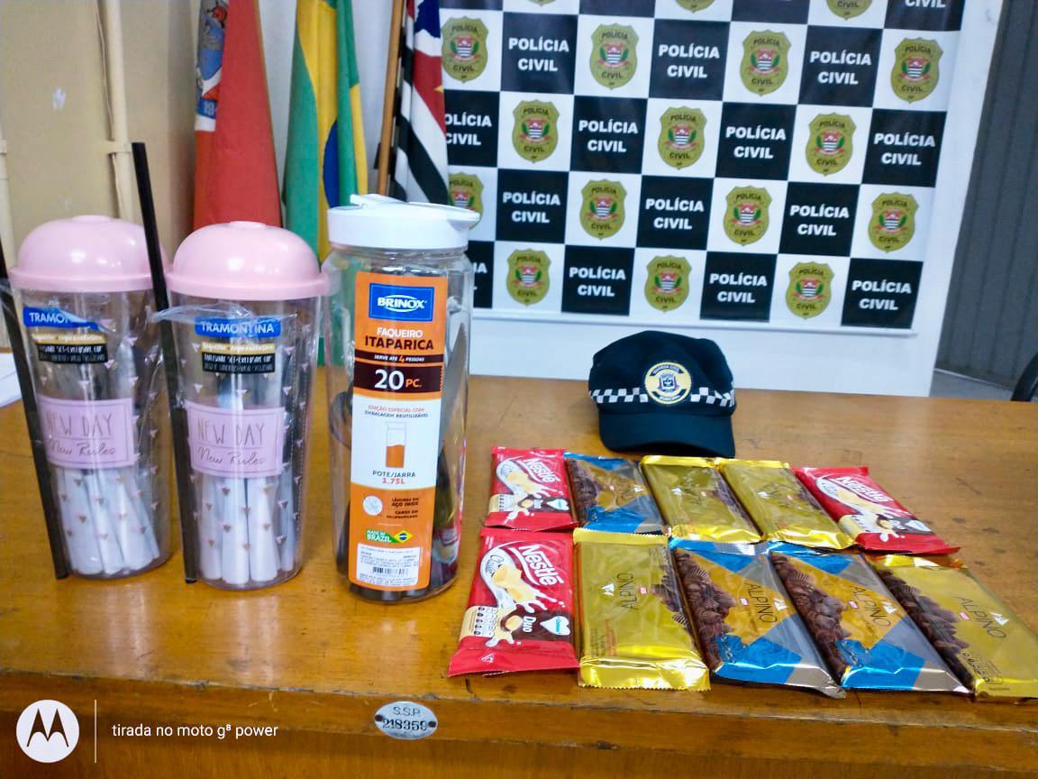 Suspeita tentou furtar 10 barras de chocolate, além de talheres